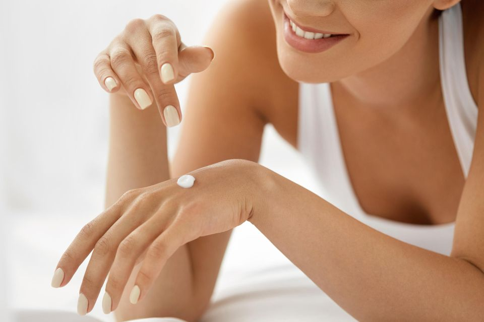 Handpflege, gepflegte Hände, Handcreme, glückliche Frau