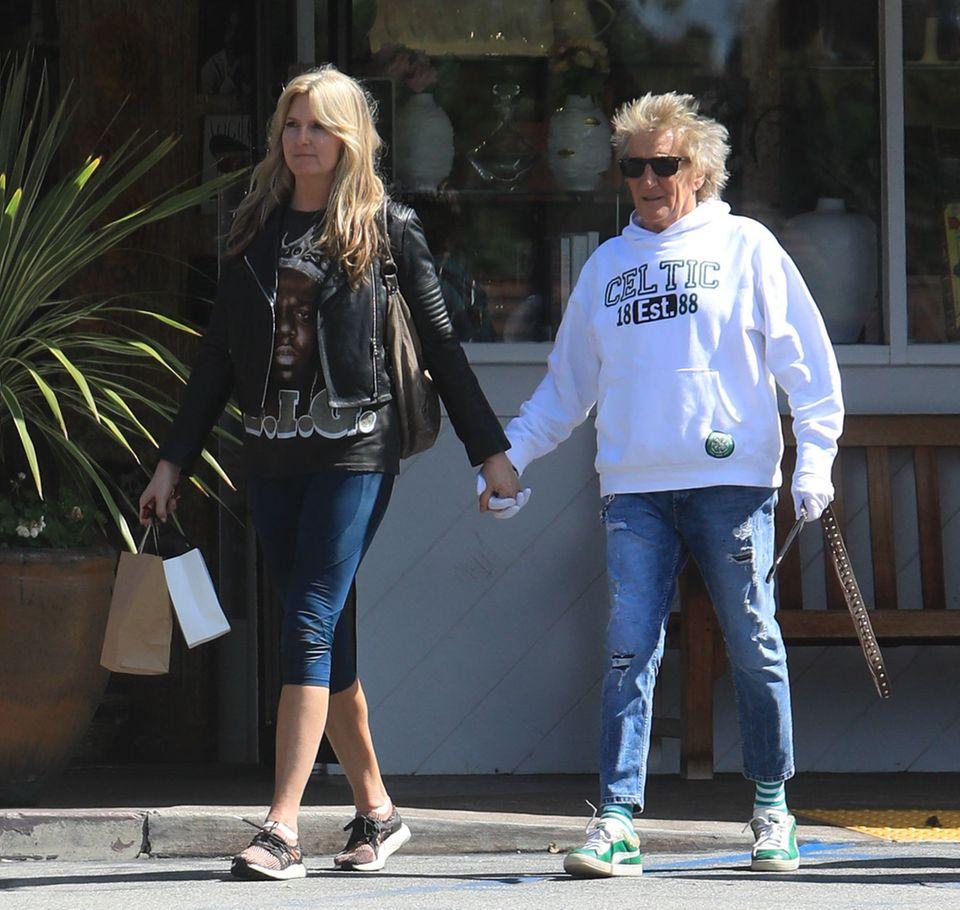 Entspannt schlendert Alt-Rocker Rod Stewart mit seiner Frau Penny Lancaster durch die Straßen. Händchen halten ist okay, aber natürlich nur mit Handschuhen.