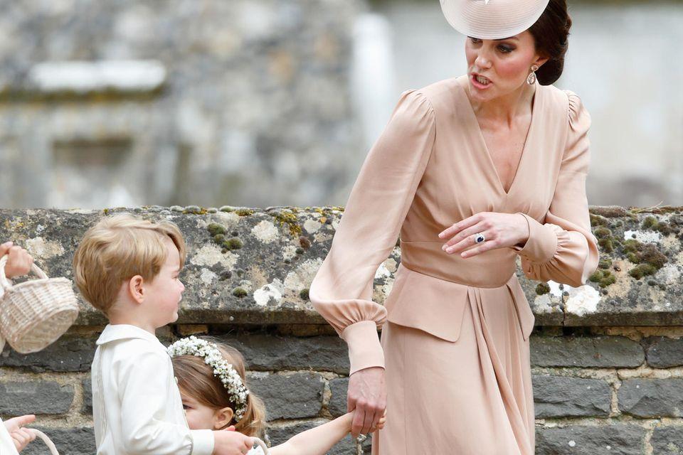 Herzogin Catherine muss den kleinen Prinz George bei der Hochzeit seiner Tante Pippa Middleton im Mai 2017 ein wenig zur Ruhe rufen.