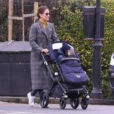 Gerade erst wurde bekannt, dass Pippa Middleton erneut Tante wird. Ihr Schwager Spencer und seine Frau Vogue erwarten ihr zweites Kind. Vorfreude? Ist ihr nicht anzusehen. Pippa ist mit Söhnchen Arthur in den Straßen Londons unterwegs und versteckt ihr Gesicht hinter einer Sonnenbrille. In einem stylischen Karo-Mantel von Alexa Chung für rund 760 Euro schützt sie sich vor der Kälte, coole Sneaker und ein senfgelber Rollkragenpullover machen den Look perfekt.