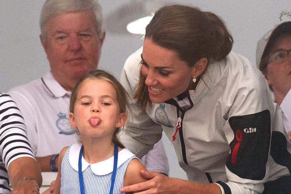 Prinzessin Charlotte so gar nicht royal.Der kleine Wildfang streckt bei derKing's Cup Regatta im August 2019 ganz frech die süße Zunge heraus. Mama Kate amüsiert's.