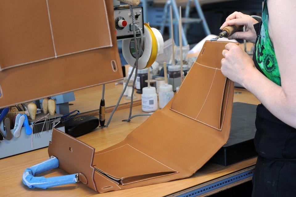 Jede einzelne Kelly Bag wird von den Handwerkern bei Hermès in mühevoller Detailarbeit gefertigt.