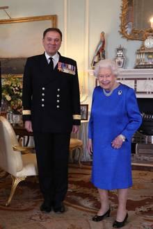 18. März 2020  Trotz der Corona-Krise gewährt Königin Elizabeth einigen wenigen Menschen eine Privataudienz. Im Buckingham Palast empfängt sie Captain Angus Essenhigh (neuer Kommandant der HMS Queen Elizabeth) und Commodore Steven Moorhouse (scheidender Kommandant der HMS Queen Elizabeth). Bei der Queen-Elizabeth-Klasse handelt es sich um Flugzeugträger, nicht etwa um Kreuzfahrtschiffe.