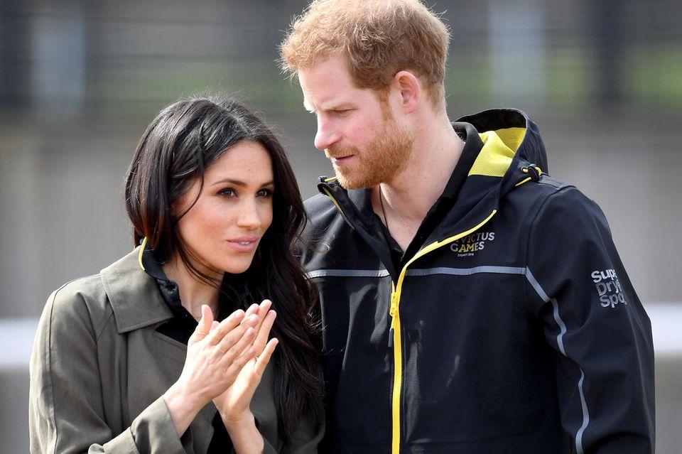 Herzogin Meghan und Prinz Harry helfen.