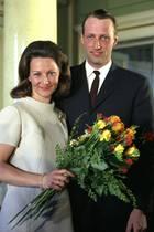 Nach neun Jahren durften sich der damalige Kronprinz Harald von Norwegen und seine bürgerliche Freundin Sonja Haraldsen im März 1968 endlich verloben.