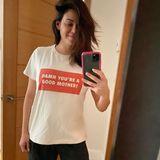 Nur zwei Wochen nach der Geburt von Söhnchen CallumMichael Rebel Kazee ist Jenna Dewan nicht nur merklich erschlankt, sondern auch rundum zufrieden. InStatement-T-Shirt und Jogginghose posiert sie fröhlich vor dem Spiegel.
