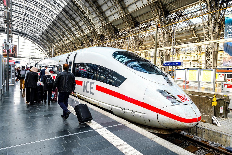 Die Welt ist in Aufruhr, das Coronavirus breitet sich weltweit dynamisch aus. Züge fahren aktuell trotzdem noch – auch, weil viele Menschen auf den Bahnverkehr angewiesen sind.
