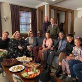 """19. März 2020  Auch diese Familie hält zusammen! """"This Is Us""""-Star Mandy Moore dürfte mit diesem Instagram-Post alle Fans der Erfolgsserie zu Tränen rühren. Zu sehen sind nämlich auch zwei Darsteller, die im Verlauf der zeitlich sehr verwobenen Erzählung bereits verstorben sind: der geliebte Familienvater """"Jack"""", gespielt von Milo Ventimiglia, und """"Randalls"""" leiblicher Vater William, gespielt von Ron Cephas Jones."""