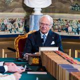 18. März 2020  Im Hinblick auf die Coronaviruskrise trifft sich König Carl Gustaf mit Regierungsmitgliedern, um das weitere Vorgehen zu besprechen. Es handelt sich um eine außerordentliche Staatsratssitzung im Königlichen Schloss in Stockholm, bei der Prinzessin Victoria nicht anwesend ist. Das Königshaus hat entschieden, dass beide nur noch getrennt auftreten, um eine Ansteckungsgefahr möglichst gering zu halten.