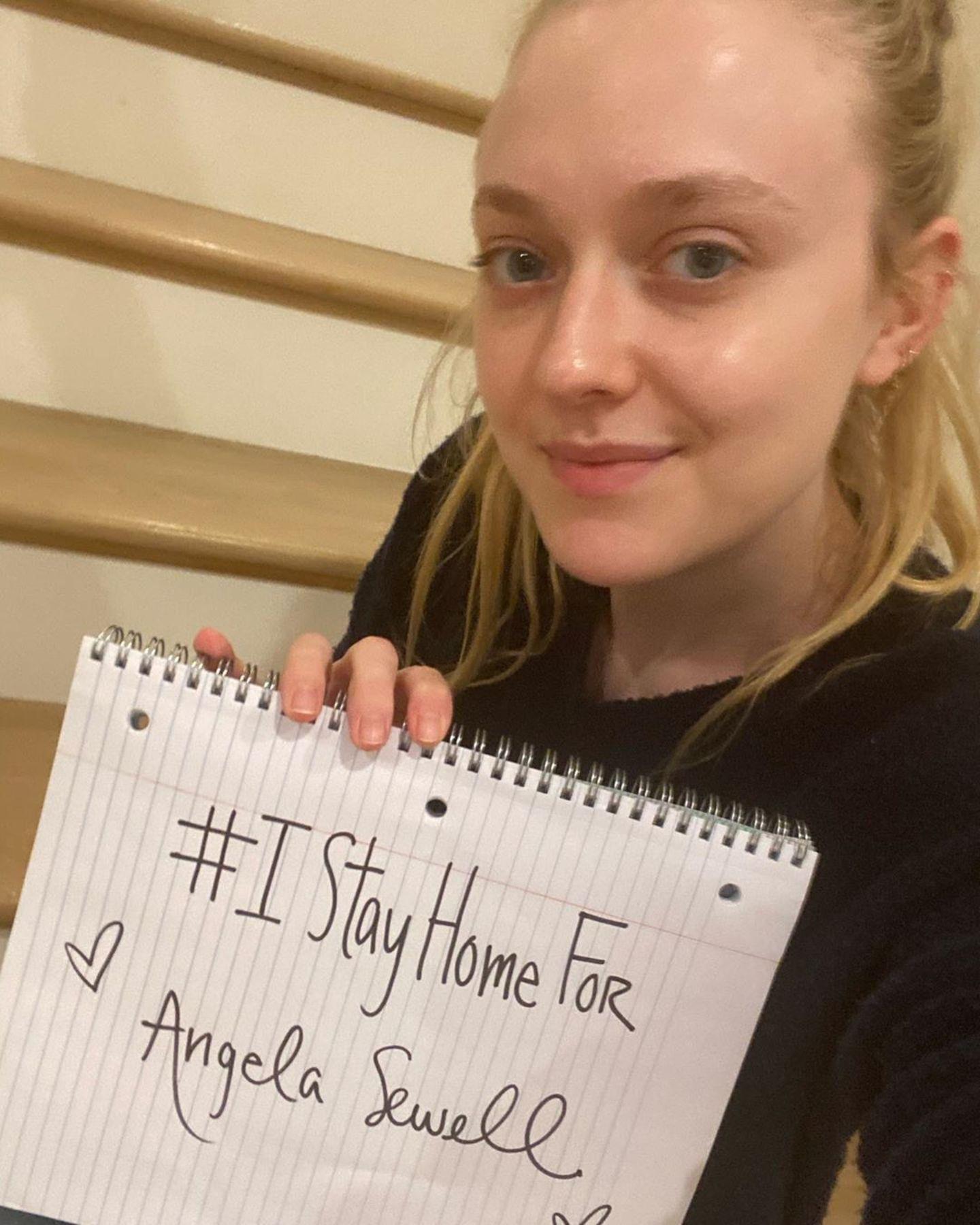 SchauspielerinDakota Fanning bleibt zu Hause. Damit will sie ein Zeichen setzen und die beste Freundin ihrer Mutter Heather schützen. Angela Sewell musste sich einer Nierentransplantation unterziehen und gehört damit zur Risikogruppe des Coronavirus.