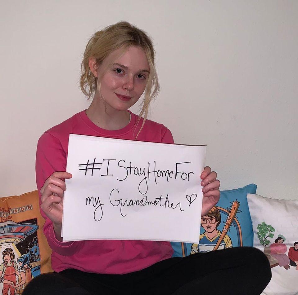 Ihre jüngere Schwester Elle Fanning macht auch mit bei der #StayHomeFor-Aktion. Sie will ihre Großmutter Mary Jane nicht in Gefahr bringen.