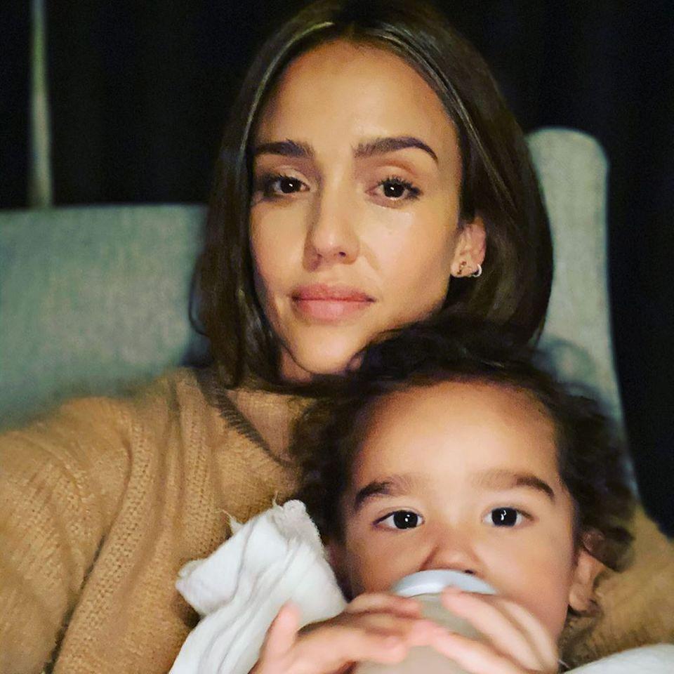 """""""Dark Angel""""-Star Jessica Alba hat einen eindringlichen Appell.Auf Instagram schreibt sie, dass sie sehr dankbar ist, ihre Kinder in diesen Zeiten an sich kuscheln zu können. Sie ruft zu Spenden auf, um allen Familien zu helfen, denen das so nicht möglich ist und die nicht das Nötigste für den Grundbedarf haben."""
