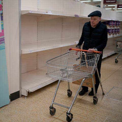 Um älteren Menschen einen sicheren Einkauf während der Coronakrise zu ermöglichen, haben sich Supermärkte auf der ganzen Welt einen besonderen Service überlegt.