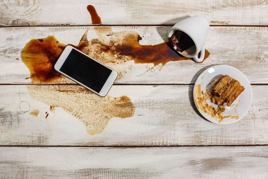 Kaffeefleck, ausgelaufener Kaffee, Kaffee, Kaffee- und Kuchenzeit