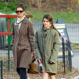 Der Frühling lässt weiter auf sich warten: Katie Holmes und Tochter Suri Cruise spazieren zusammen mit den Hunden in New York. Bis auf die nackten Beinchen ist Suri dick eingepackt - der Oversize-Parka könnteglatt aus Mamas Kleiderschrank gemopst sein.