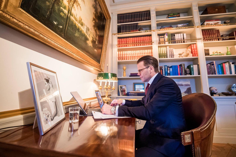 20. März 2020  Auch Prinz Daniel arbeitet in den Tagen der Coronakrise im Home Office. Und auf seinem Schreibtisch im Arbeitszimmer auf Schloss Haga steht ein Bild seiner schönen Braut Prinzessin Victoria immer an seiner Seite.