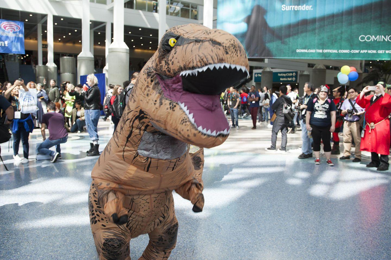 Ein Spaziergang im T-Rex-Kostüm? Ungewöhnlich, aber möglich. (Symbolbild)