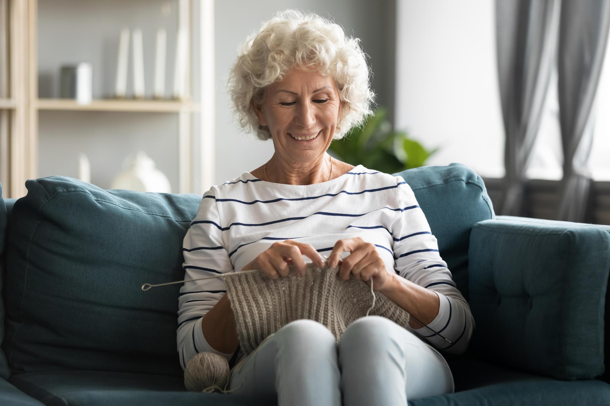 Freizeitbeschäftigung für Senioren, Handarbeit, Häkeln, Oma