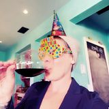 """20. März 2020  Eine Einladung zu einer Geburtstagsparty ist ja eigentlich eine feine Sache. In Zeiten des Coronavirus muss man sich da etwas einfallen lassen. Die Popsängerin Pink findet sich als Gast in einer Videokonferenz-Feier wieder und beschwert sich auf Instagram, dass sie dafür """"so richtig angezogen"""" sein muss."""