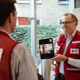 """""""Das Rote Kreuz hilft dabei, dass wir uns weiterhin umeinander kümmern können, indem wir zu Hause bleiben, ohne den Kontakt zu verlieren,"""" verdeutlicht Prinz Frederik in seiner Botschaft an die Dänen.Dies ist auch der Grund, warumer die Hilfsorganisationnicht physisch, sondern digital besucht."""
