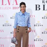 """Dass es auf dem Red Carpet nicht immer eine Robe sein muss, beweist Alessandra de Osma mit diesem Outfit bei den """"Telva Beauty Awards"""" in Madrid. Eine coole braune Marlenehose und eine blaue Bluse sehen an ihr total elegant und trotzdem stylisch aus."""