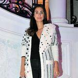 Für eine Party in Madrid führt Alessandra de Osma erneut eines ihrer eigenen Designs aus. Dazu trägt sie einen schlichten schwarzen Look und einen auffälligen Cardigan.