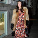 Kaum jemand beherrscht Stilbruch so gut wie Alessandra de Osma: Sie kombiniert sommerliches Blumenkleid mit Fellmantel und Sneakern.