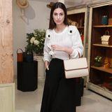 """Für den Kollektions-Launch ihres Labels """"Moi&Sass"""" erscheint Alessandra de Osma natürlich mit einem ihrer Designs über dem Arm: Die beige Tasche kostet rund 700 Euro. Der Rest des Looks ist schlicht gehalten."""