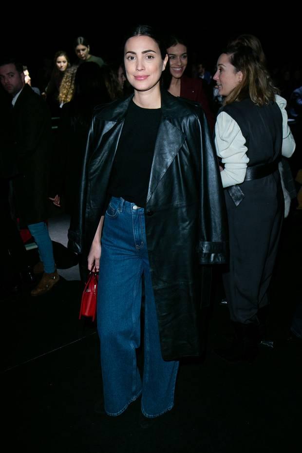 In einer weit geschnittenen Jeans und Lederjacke zeigt Alessandra de Osma wie lässig royaler Style sein kann.