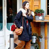 Privat mag es Alessandra de Osma gerne leger. In cooler Kordhose und mit It-Bag von Loewe für rund 980 Euro flaniert sie durch die Straßen von Madrid.