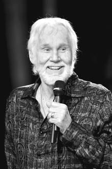 """20. März 2020:  Kenny Rogers (81 Jahre)  Der US-amerikanische Country-Sänger Kenneth Donald """"Kenny"""" Rogers gilt als einer der erfolgreichsten Musiker, der währendseiner rund 60-jährigen Karriererund 125 Millionen Tonträger verkaufte und22 Nummer-Eins-Hits feierte. 2013 erhielt der gebürtige Texaner einen Ehrenplatz in der """"Country Hall of Fame"""". Der Sänger istin seinem Zuhause im Kreise der Familiefriedlich eines natürlichen Todes gestorben."""