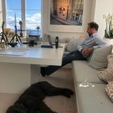 Kunst, Skulpturen, Orchideen und ein traumhafter Blick! Am unteren Bildrand ist sogar der Familienhund Milly Kakao zu sehen, der es sich unter dem großen weißen Tisch gemütlich gemacht hat.