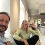 """Haakon und Mette-Marit senden via Instagram Grüße aus der Quarantäne - die sieht bei den norwegischen Royals ganz """"normal"""" aus: Schulaufgaben, Haushalt, Home Office, schreibt sie unter das Foto. Viel spannender ist eigentlich das Interieur von Gut Skaugum, dem Wohnort der Familie. Sehen Sie selbst..."""