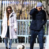 Olivia Palermo und Johannes Huebl sind mit Hündchen Mr. Butler in Brooklyn unterwegs und genießen ein paar Sonnenstrahlen. Während das Männermodel auf einen dunklen Look und eine hellgraue Mütze setzt...