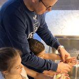 22. März 2020  Ganz vorbildlich zeigen Prinzessin Estelle und Prinz Oscar, wie man sich am besten vor dem Coronavirus schützen kann: Händewaschen - und zwar richtig! Während Mama Victoria das Reinigungsritual dokumentiert, ist Prinz Daniel den Geschwistern zunächst noch behilflich...