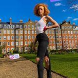 Anna Ermakova freut sich über ein paar Sonnenstrahlen in London. Aufgestylt hat sie sich für den kurzen Spaziergang dennoch: In zerrissenen Jeans und weißem Top posiert sie gewohnt lasziv für die Kamera.