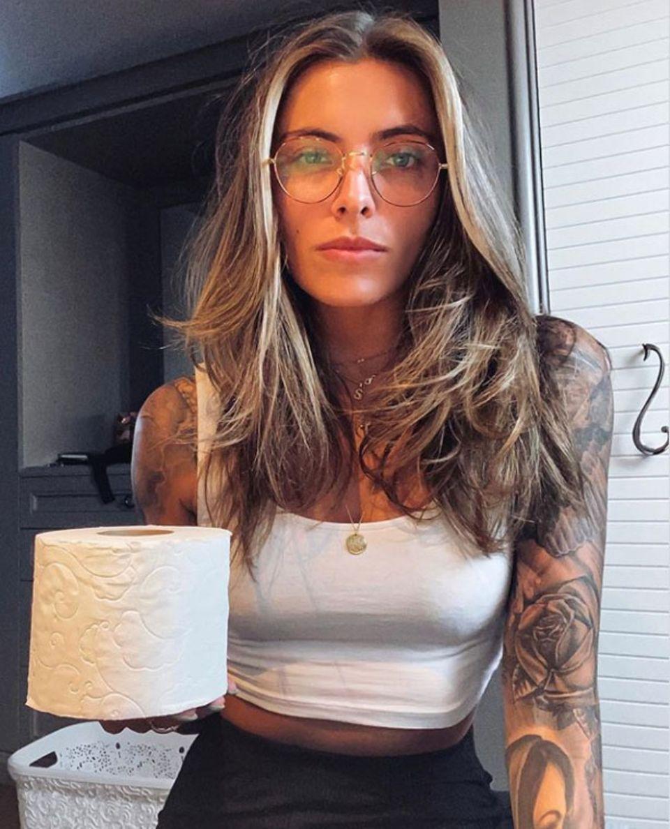 """""""Anscheinend meine einzige Rolle im Jahr 2020"""", kommentiert Sophia Thomalla ihr Selfie aus der häuslichen Quarantäne.Immerhin ist diese Rolle heiß begehrt."""