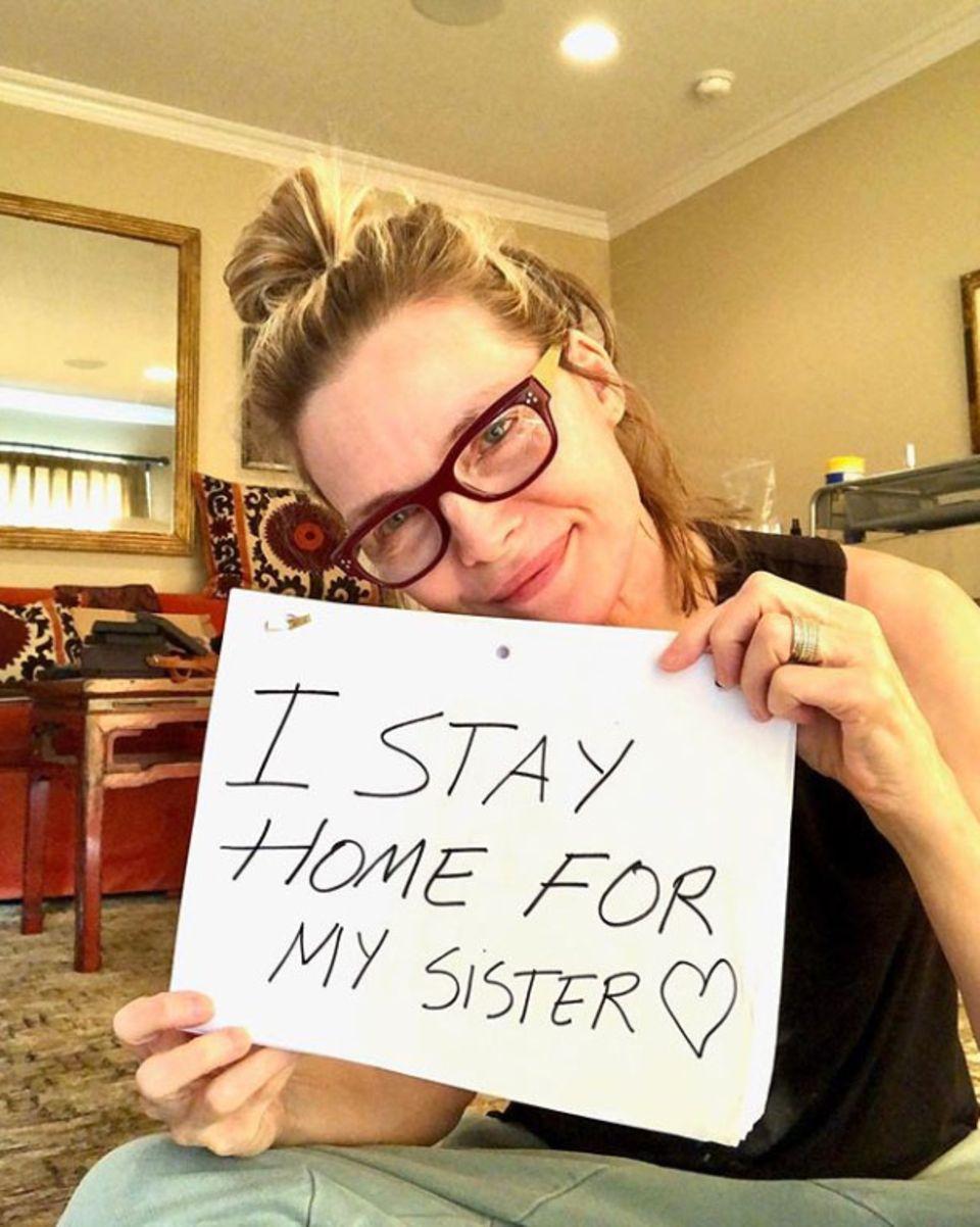 Auch Schauspielerin Michelle Pfeiffer verdeutlicht mit ihrer Botschaft, wie wichtig es ist, jetzt zuhause zu bleiben, um Menschen zu schützen. Ganz besonders denkt sie dabei an ihre Schwester, die aufgrund einer geschwächten Lunge zur Risikogruppe zählt.