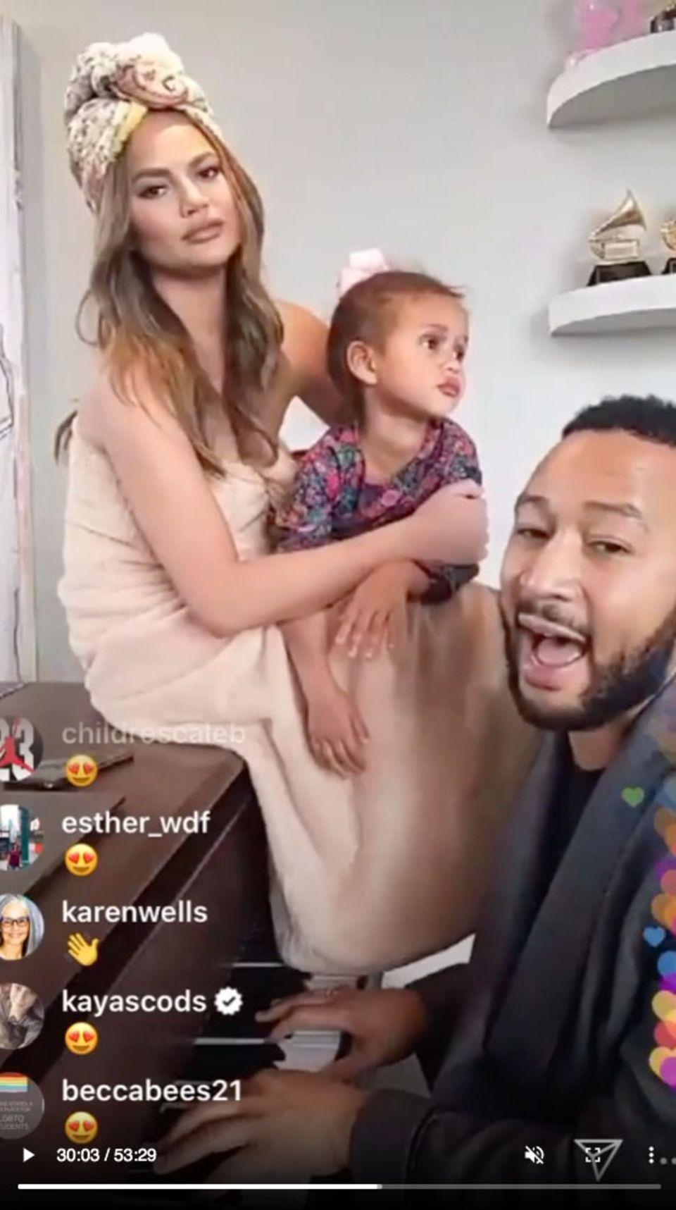 Sänger John Legend zeigt sich auf musikalische Weise solidarisch. Für seine Fans gibt er ein Wohnzimmerkonzert, dass er über Instagram streamt. Seineschöne Ehefrau Chrissy Teigen und Töchterchen Luna leisten ihm dabei bezaubernde Gesellschaft.