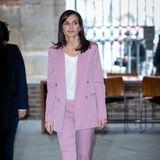 Zu einem Meeting in Madrid Anfang März zeigt sich Königin Letizia von Spanien in einem rosafarbenen Power-Suit von Hugo Boss. für rund 833 Euro. Dazu kombiniert sie Pumps und ein schlichtes Shirt.