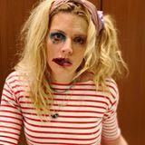 """22. März 2020  Ohje, da scheint wohl einiges daneben gegangen zu sein.Nein, Schauspielerin Busy Philipps ist nicht in einen Farbtopf gefallen. Allerdings durften sich ihre beiden Töchter an ihr austoben - jededurfte eine Seite von Mama """"gestalten"""". Der Kreativität sind eben keine Grenzen gesetzt."""