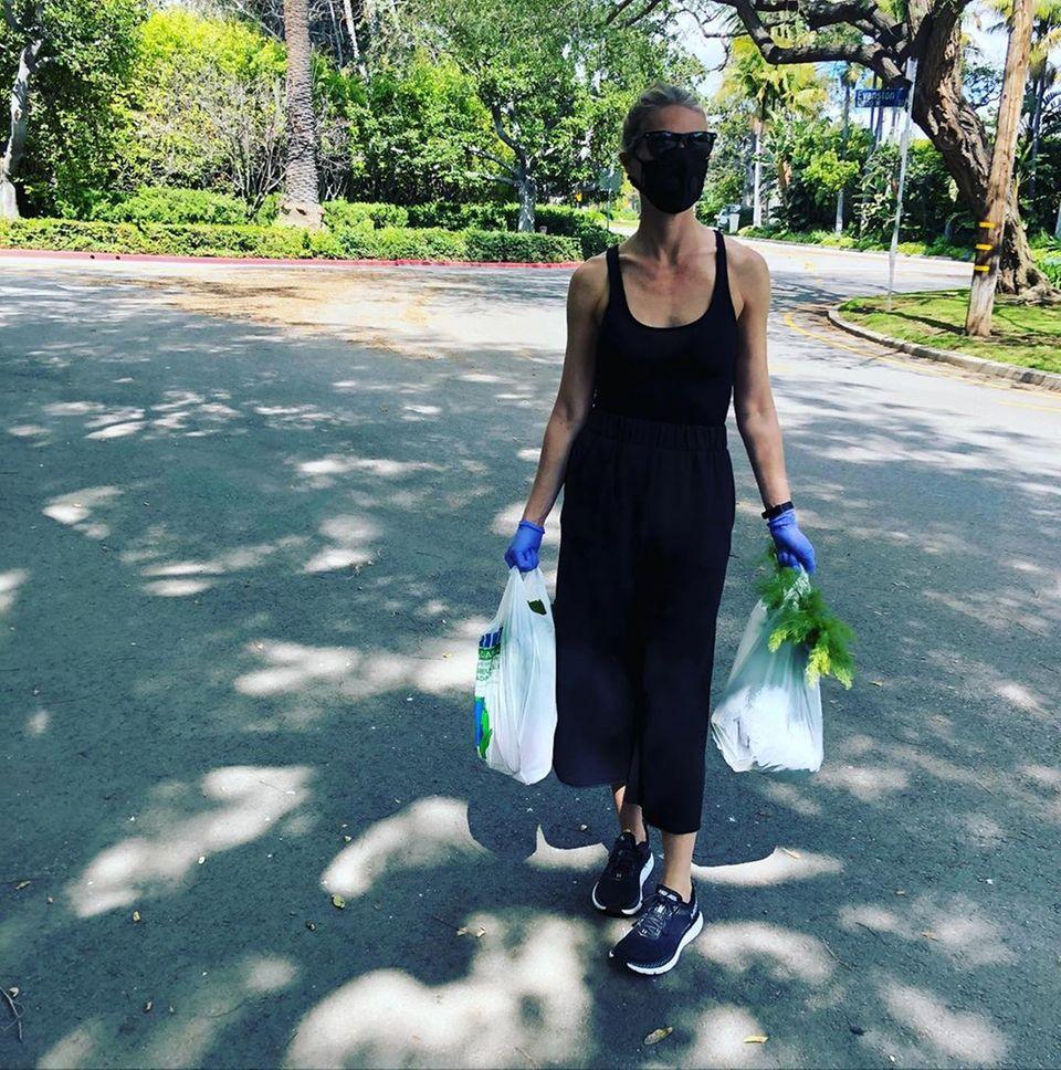 Kaum zu erkennen ist Schauspielerin Gwyneth Paltrow. Zusammen mit ihrem Mann Brad Falchuk geht sie auf den Markt, um das Nötigste einzukaufen. Natürlich treffen sie die entsprechenden Sicherheitsmaßnahmen. Auf ihrem Instagram-Account ruft sie dazu auf, die noch verbliebenen Freiheiten nicht zu missbrauchen und sich an die Anweisungen der Behörden zu halten.