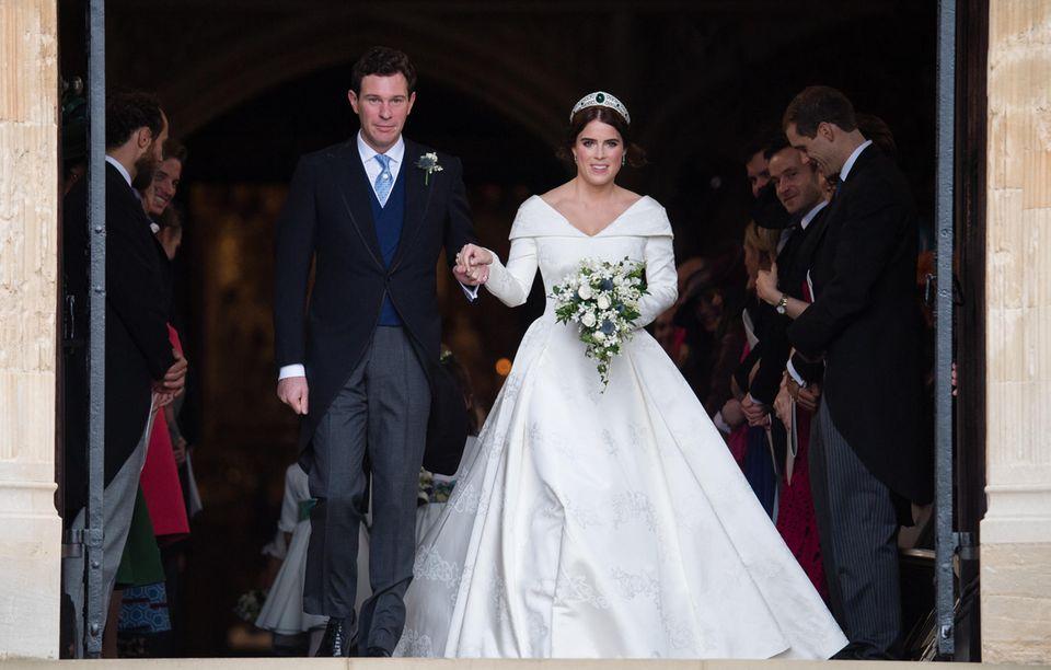 Es ist Eugenies großer Tag: Am 12. Oktober 2018 heiratet sie den britischen Weinhändler Jack Brocksbankin der St. George's Kapelle in Windsor. Eugenie strahlt in einem wunderschönen Kleid des Labels Peter Pilotto, das 2007 in London von Peter Pilotto und Christopher De Vos gegründet wurde.