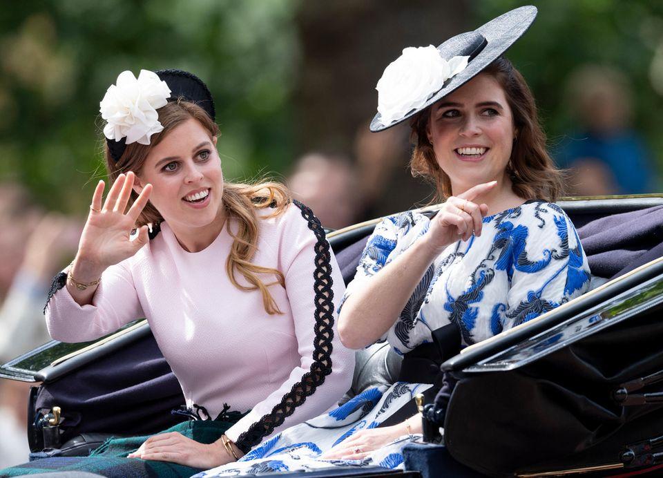 """Bei """"Trooping the Colour"""" im Juni 2019 entscheiden sich Beatrice und Eugeniefür eine ähnliche Kopfbedeckung - und auch sonst ist den Schwestern die Ähnlichkeit ins Gesicht geschrieben."""