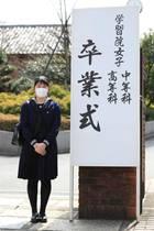 22. März 2020  Einsame Aiko: Die japanische Prinzessin erscheint ganz allein und mit Mundschutz zu ihrer Abschlussfeier an der Gakushuin Girls Senior High School in Tokio. Sicherheit in Zeiten der Coronakrise geht aber schließlich auch im japanischen Königshaus vor.