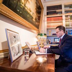 Ein wunderschönes Porträt von Ehefrau Kronprinzessin Victoria ist das Herzstück auf Prinz Daniels Schreibtisch. Auch er arbeitet ganz modern mit Laptop und Tablet.