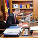 Eiche rustikal, spanische Nationalflaggen und Urlaubsfotos von den Liebsten - so schön normal ist das Büro von Spaniens König Felipe.