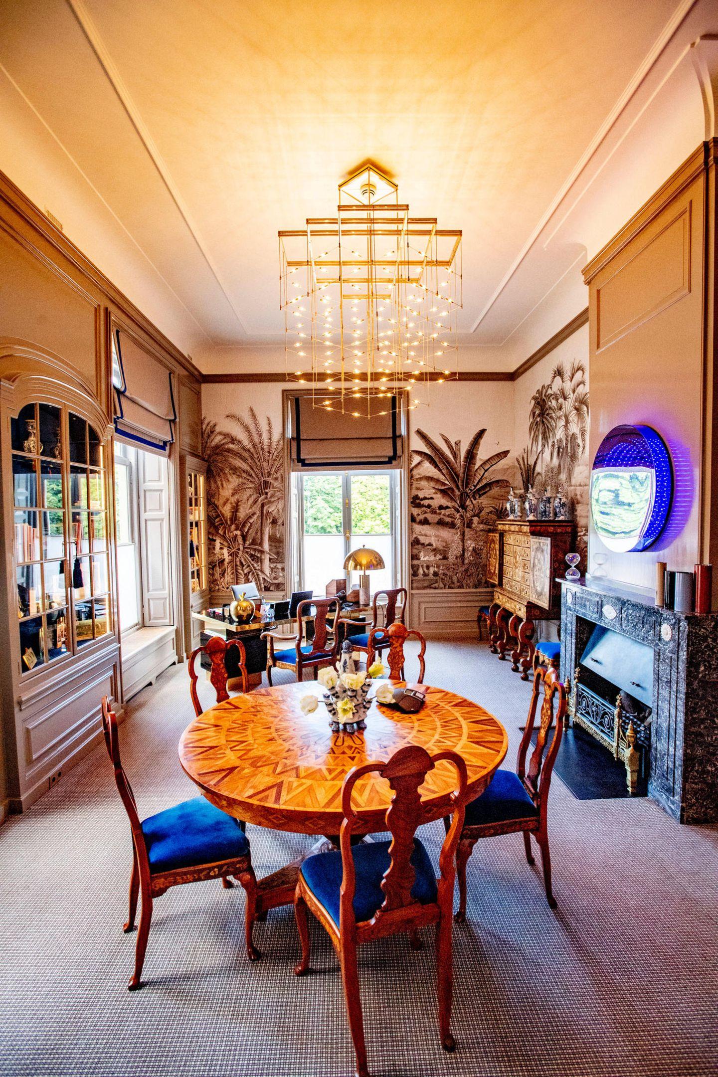 Königin Máximas Arbeitszimmer spiegelt ihren modernen, extrovertierten Charakter wider. Und ein niedliches Detail gibt es auch noch: Sowohl Máxima, als auch ihr Ehemann Willem-Alexander haben in ihren Büros die gleiche Deckenlampe angebracht.