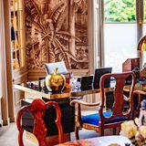 Tropische Tapeten, goldene Details und royalblau bezogene Stühle - so stilvoll richtete Königin Máximader Niederlande ihr Arbeitszimmer im renoviertenSchloss Huis ten Bosch in Den Haag ein.