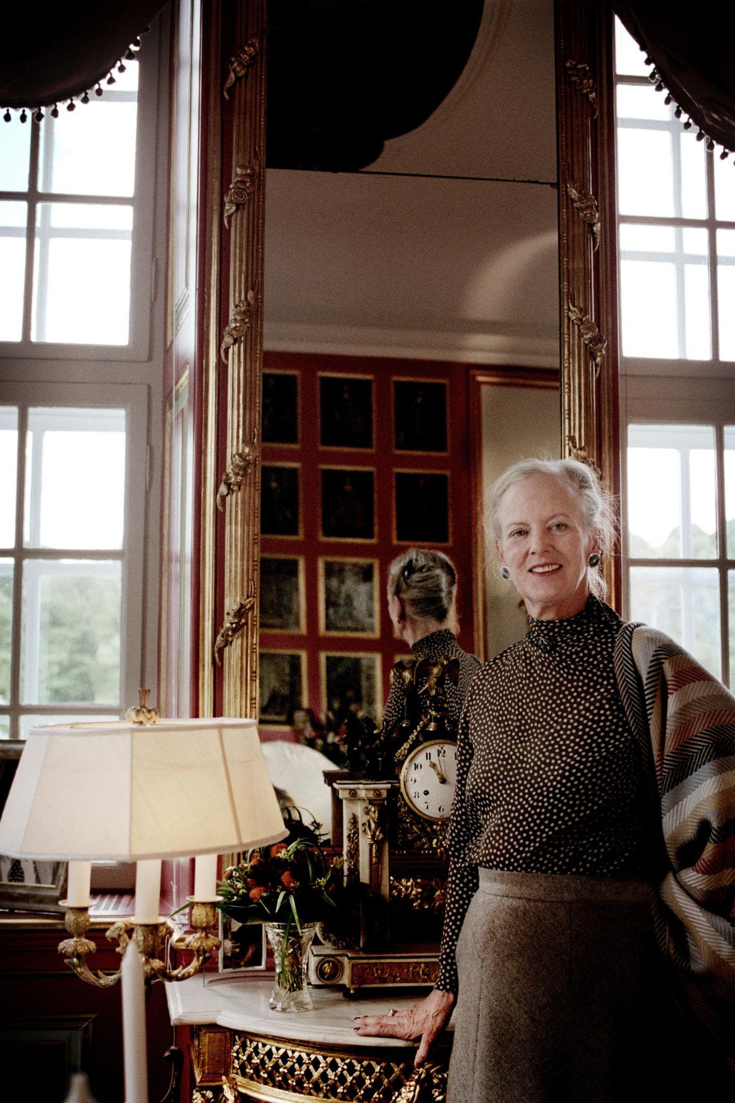 Repräsentativ mit nostalgischer Note gestaltete Königin Margrethe von Dänemark ihr Büro imSchloss Fredensborg. Meterhohe Decken geben dem Raum eine ordentliche Portion Tageslicht und Sonnenschein.
